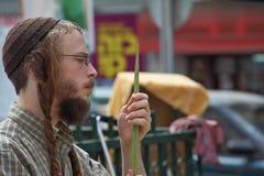 Judeu religioso novo bonito com sidelocks Fotos de Stock Royalty Free