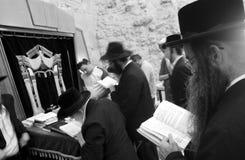 Judeus na parede ocidental lamentando, jerusalem, israe Imagem de Stock