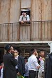 Judeus religiosos novos em skullcaps pretos Fotos de Stock