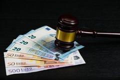 Judge& x27; martelletto di s sui precedenti di euro fatture immagine stock