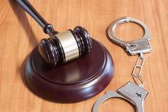 Judicial hammer and handcuffs Royalty Free Stock Photos