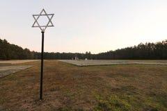 Judisk davidsstjärna och massgravar på den Waldlager skogen i Kulmhof, i dag Chelmno nad Nerem, Polen, nazistutrotningläger arkivfoto
