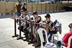 Judisk familj som ber i Jerusalem Royaltyfria Foton
