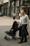 Judisk familj som går ner gatan Royaltyfria Foton
