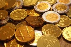 Judisk ferieChanukkah med guld- och silverchokladmynt Arkivfoto