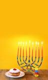 judisk ferieChanukkah med menoror (traditionella kandelaber) Royaltyfri Foto