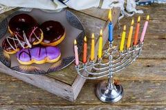 judisk ferieChanukkah med traditionella kandelaber för menoror Arkivfoton