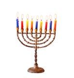 Judisk ferieChanukkahbakgrund med menorabränningstearinljus som isoleras på vit