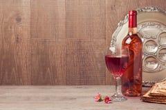 Judisk feriepåskhögtidbakgrund med vin och sederplattan på trätabellen fotografering för bildbyråer