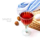 Judisk feriepåskhögtidberöm med matzoen och vin på vit bakgrund Arkivfoto