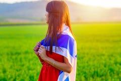 Judisk flicka med flaggan av Israel p? att f?rbluffa landskap i h?rlig sommar royaltyfri foto