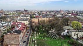 Judisk Kazimierz kyrkogård i Krakow, Polen Flyg- video arkivfilmer