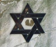 Judisk kyrkogård: Davidsstjärna på gravstenen Arkivbild