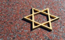 Judisk kyrkogård: Davidsstjärna på gravstenen Royaltyfria Bilder