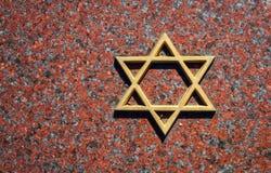 Judisk kyrkogård: Davidsstjärna på gravstenen Arkivfoto