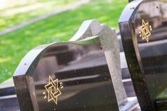 Judisk kyrkogård: Davidsstjärna på gravstenen Arkivfoton