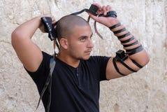 Judisk man på den västra väggen Arkivfoton