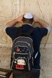 Judisk man som ber i Jerusalem Arkivfoton