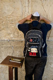 Judisk man som ber i Jerusalem Arkivfoto
