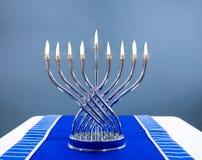 Judiska Chanukkahmetallmenoror med verkliga flammor royaltyfria bilder
