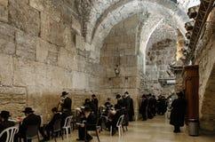 Judiska dyrkare ber på den att jämra sig väggen Royaltyfri Fotografi