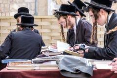 Judiska män på den västra väggen Royaltyfri Bild