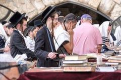 Judiska män på den västra väggen Arkivfoto