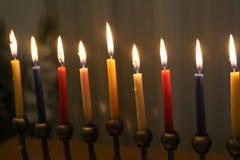 Judiska menoror med stearinljus för judiskt feriesymbol för Chanukkah Arkivfoto