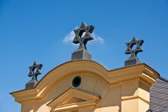Judiska stjärnor på taket med kornischen Royaltyfri Fotografi