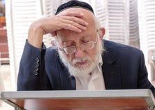 Judiskt be för gamal man Arkivbilder