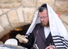 Judiskt be för man Arkivfoto