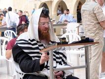 Judiskt be för man Arkivbilder