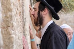 Judiskt be för man Arkivbild