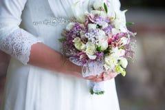 judiskt bröllop för brudbrudgum för bukett brud- händer Zer kalah Royaltyfri Bild