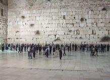 Judiskt folk som ber på den att jämra sig väggen, Jerusalem arkivbild