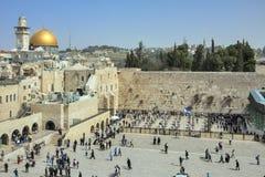 Judiskt folk som går och ber på den att jämra sig väggen med kupolen av kupolen av vagga på bakgrund, Jerusalem fotografering för bildbyråer
