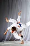 In judogi due atleti che fanno i tiri di judo Immagini Stock Libere da Diritti