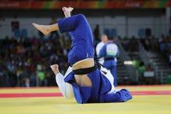 Judoka Henk Grol av Nederländerna i vit i handling mot Kyle Reyes av Kanada under under matchen för män -100 kg av Rio de Janeiro Royaltyfri Fotografi