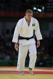 Judoka Rafael Buzacarini av Brasilien i vit i handling mot Pablo Aprahamian av Uruguay under under match för män -100 kg Royaltyfri Bild