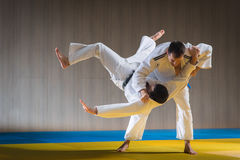 Judotraining in der Sporthalle Stockfotos
