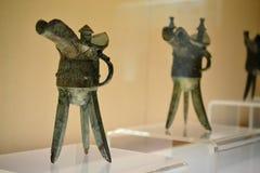 Jue - buque ritual de bronce chino del vino del trípode en el artefacto antiguo CHINA del museo de Shangai fotografía de archivo