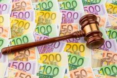 Jueces mazo y billetes de banco del euro Imagen de archivo libre de regalías