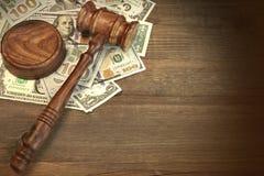 Jueces o mazo y dinero del subastador en la tabla de madera Fotos de archivo libres de regalías