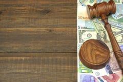 Jueces o subastadores mazo, dólares, euro, libras en la tabla de madera Foto de archivo libre de regalías