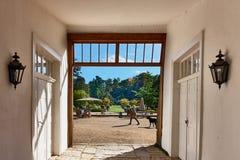 JUECHEN, ALEMANIA - 27 DE SEPTIEMBRE DE 2015: Visión en el parque del castillo famoso de Dyck de la entrada principal del Imagenes de archivo