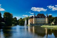 JUECHEN, DEUTSCHLAND - 27. SEPTEMBER 2015: Ansicht über berühmtes Schloss von Juechen bei warmem und sonnigem Wetter mit einem bl Lizenzfreie Stockfotos