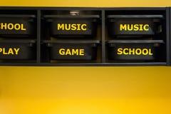juega almacenamiento del estante en un dormitorio joven de los muchachos Imagen de archivo