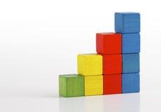 Juega los bloques de madera multicolores, escalera del paso de la escalera Imágenes de archivo libres de regalías