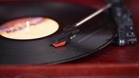 Juega a un jugador de disco de vinilo, tocadiscos retro, viejo jugador de música almacen de metraje de vídeo