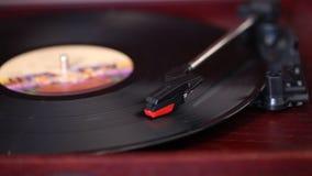 Juega a un jugador de disco de vinilo, tocadiscos retro, viejo jugador de música metrajes